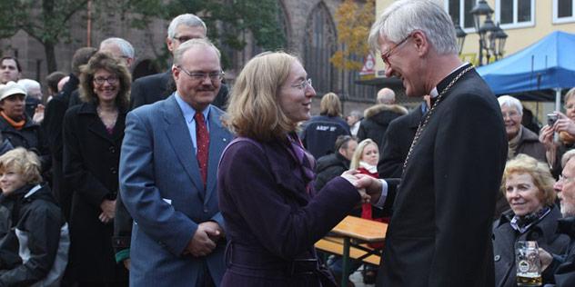 Landesbischof Heinrich Bedford-Strohm und Gläubige
