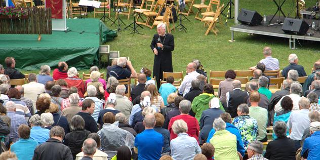 Landesbischof Heinrich Bedford-Strohm beantwortet auf dem Hesselberg die Fragen des Publikums.